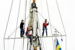 Foto: NICKBLACKMONBästa utsikten. Tre av eleverna var uppflugna i riggen när Atlantica smög sig in till Gerdavarvet för maskin.