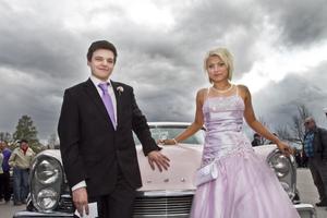 Madeleine Holm går ut fordonsprogrammet och anlände i en rosa klänning som närmast perfekt passade en rosa Lincoln från 1957. Hennes kavaljer heter Anders Norman.