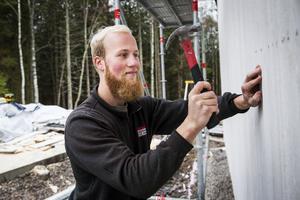 Mattis Backlund köpte en tomt i Sörnacksta där han nu bygger ett hus i lösvirke.