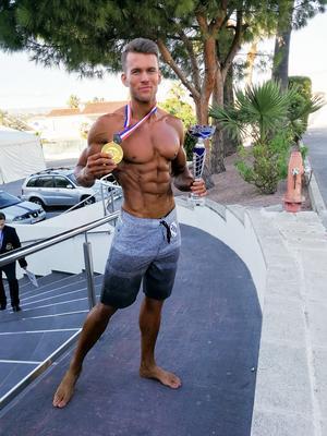 Till skillnad från i bodybuilding bär man i men's physique badshorts.