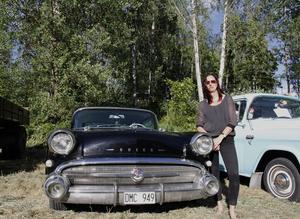 Nina Fors Östlund med sin Buick från 1957, som hon importerade från USA för fyra år sedan.