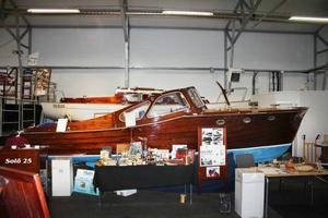 Solö Ruff Längd: 7,25 meter. Vikt: 1 500 kilo. Byggd: 1956, Storebro Bruk. Material: Mahogny på ekspant. Motor: Volvo Penta B16. Maxhastighet: 16 knop.