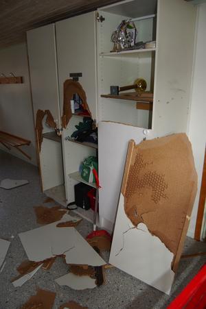 Omklädningsrummet. Garderobsdörrar och väggar har sparkats sönder i omklädningsrummet av vandalerna.