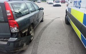Bilen som står på parkeringen är demolerad baktill.