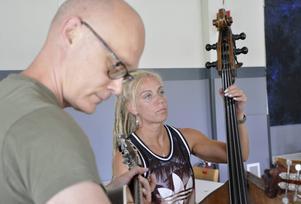 Kajsa Kjellgren, Jans-Olof Jonsson och resten av bandmedlemmarna i Downhill Bluegrass Band repeterar. Bandet, med medlemmar från Torsåker och Dalarna, är värdband för festivalen.