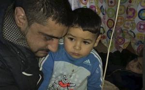Rusalim Caldarar håller om sin tvåårige son. Tioårige Darius filmade den senaste husvagnsattacken.