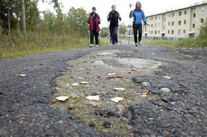Underhållet på bland annat gång- och cykelvägar är eftersatt i kommunen – som här vid Hedhamreområdet i Bollnäs.