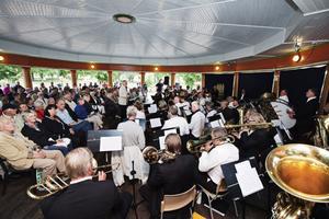 Gävle Musikskolas Veteranorkester uppträdde i Regementsparken i går och spelglädjen var på topp.
