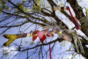 FINA TRÄDFÅGLAR. I träden hänger färgglada pinnfåglar som barnen har målat och smyckat med sidenband och tygremsor. Andra saker man kan hitta i förskolans träd är mobiler tillverkade av kopparrör och bestick.