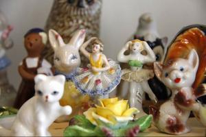 På hyllorna hos Marianne Lindberg De Geer står oändliga rader med småfigurer i plast, porslin och andra material.