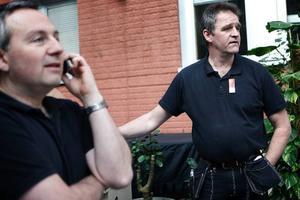 Roland Ivarsson och Janne Olofsson jobbar som vaktmästare på Folkets Hus. De håller på att flytta på en bardisk och ställa fram bord och stolar för 246 personer.