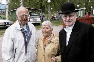 Åke Jonsson, Inga Lingvall och Hans-Olof Jonsson hann prata en stund utanför den ena paviljongen. Hans-Olof hade klätt sig i bonjour för att överraska Inga som var med och sjöng.