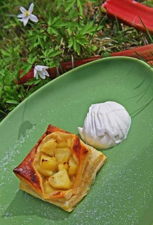 Rabarberbakelser. Av färdig smördeg är det lätt att baka läckra rabarber- och äppelbakelser smaksatta med kardemumma.