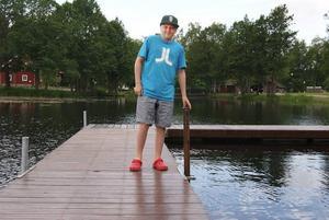 14-åriga Linus Andersson-Lindberg från Sandviken blev offer för ett omdömeslöst sabotage på badet i Högbo i måndags. När Linus hoppade i från bryggan träffade han ett järnrör som stod med spetsen uppåt under vattenytan. Under natten till söndagen tror man att någon eller några ryckt upp rören och kastat dem likt spjut ner i vattnet. Händelsen har polisanmälts.