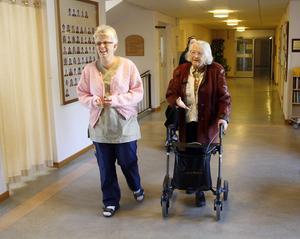 Undersköterska Ing-Marie Westberg och Gunvor Westling ska gå ut och promenera.