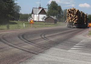 Vid lunchtid sandades E45 mellan Ytterhogdal och Sveg. När tyngre bilar passerade så trängdes beläggningsmassan fram igen.