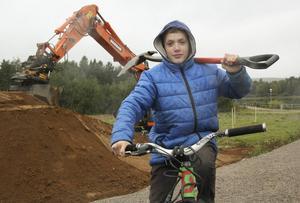 Emil Wallin cyklade till grävplatsen med spade över axeln.
