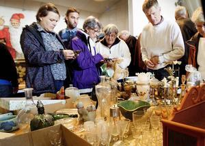 En timme innan auktionen fick besökarna gå och klämma och känna på föremålen som sedan skulle auktioneras ut.
