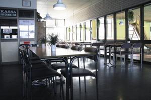 Här i kafeterian intill simhallen i Celsiushallen skulle man kunna duka upp en enkel frukost, föreslår Barbro Eklund.