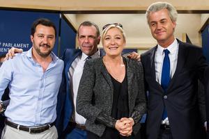 Högerextrem samling i EU-parlamentet. Fr v Matteo Salvini, Italien, Harald Vilimsky, Österrike, Marine Le Pen, Frankrike och Geert Wilders Holland.