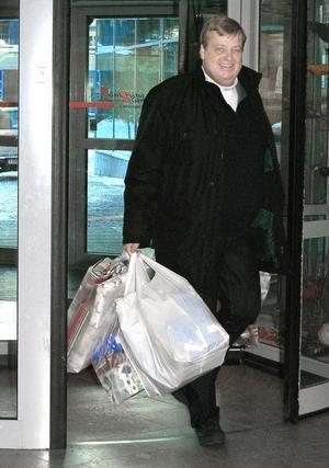 ( Foto: Maria Larsson ) Mats Persson som är en av ägarna till Alfta Frakt på väg in på sjukhuset i Gävle med kassar fyllda med leksaker.