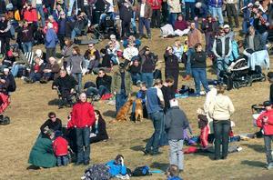 Folkfest. Cirka 15 000 åskådare trivdes i solskenet på Lugnets skidsstadion under de två skidspelsdagarna.