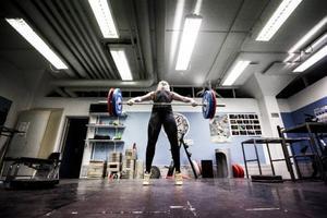 Paula Junhov-Rindberg tränar ungefär sex dagar i veckan. För någon vecka sedan blev hon historisk då hon som första kvinnliga tyngdlyftare från länet lyckades kvala in till SM.