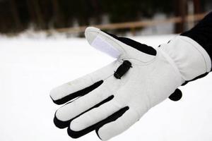 I handsken, som Leonid även utformat, finns det en hake som gör att skidåkare trär på sig staven istället för att använda de olika remsystem som finns på stavar i dag.