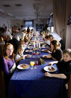 Det var findukat i matsalen när Aspås skola bjöd på Nobellunch. Och eleverna tog högtiden på allvar och satt med raka ryggar. Foto: Henrik Flygare