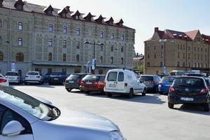 Genom vägskyltar så kan parkeringsplatsen P-däcket/Magasinkvarteret med övre plan och parkeringshuset, anslutas till det digitala parkeringsledningssystem och då få bilister att vägledas till denna plats bakom Kulturmagasinet, föreslår insändarskribenten.