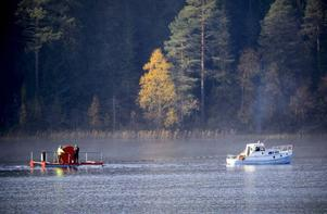 Det är tidig morgon och dimman har precis lättat. Tändkulemotorns dunkande ljud sprider sig över Ismunden, när ortsborna ser till att Rissnabygdens Fibernät kommer ner på rätt djup i sjön.