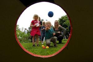 Skojigt stoj på barnens festival. Syskonen Elsa och Ludvig Klyftell var ena riktiga hejare på att kasta boll, då Barnens Peace & Love ägde rum i Humleparken på lördagen.