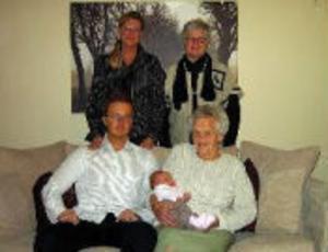 Hemma hos Ingrid Andersson i Haga har fem generationer samlats för fotografering. Stående från vänster Ingrid Andersson och Birgit Källman. Sittande från vänster Johan Andersson och Ellen Nedegård, som håller Johans lilla dotter Stella Andersson i famnen. Alla bor i Sundsvall.
