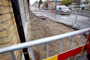 Det är uppgrävt på trottoaren igen, där badhuset gränsar mot Kungsgatan.