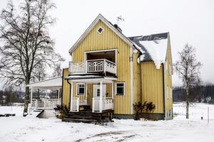 Huset ska få ny panel och ska målas i en ljusgrå nyans.