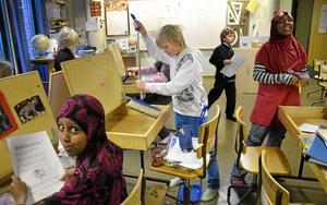 Flyttbestyr. Med gemensamma krafter packas alla grejer på Kronhagsskolan. Liam Pettersson har städat ur sin bänk och sopar nu bort det sista skräpet med en sopkvast. Hawalul Farah och Khadra Osman plockar med sina grejer.
