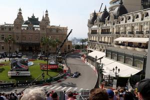 Marcus Ericsson över kasinotorget på den klassiska formel 1-banan i Monaco där Ronnie Peterson tog en historisk seger 1974.