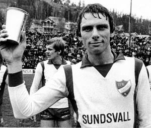 Bosse Börjesson med ST-pokalen som han fick för sina insatser i IFK Sundsvalls allsvenska premiärsäsong 1976.