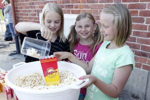 Ingen fest utan popcorn. Här är det, från vänster, Tilde Kjellin, Emilia Mickelsson och Sara Sturmselid som tagit plats vid försäljningsståndet.