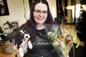 Anna Sjödin har aldrig ångrat att hon vid 20 års ålder köpte frisersalong i Järved. Där trivs även lilla Molly, 13 veckor.