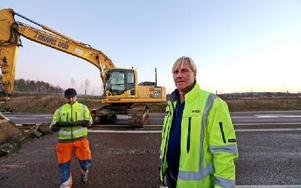 Arbetsledare Anders Lidwall berättar att reparationen av vägen kommer att ta en månad. Foto: Johnny Fredborg