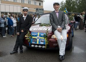 Simon Paby, Bollnäs och Mathias Reimann, Stockholm poserade glatt från motorhuven.