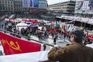 Kommunistiska Partiet demonstrerar på Sergels Torg i Stockholm på första maj 2016.