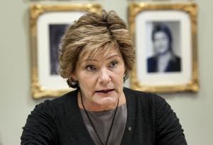Barn- och äldreminister Maria Larsson (KD) försvarar vårdbolagens vinster, men säger inte mycket om vårdskandalerna. Några planer på att försöka begränsa skadorna har inte heller partiet när budgetförhandlingarna nu inleds.