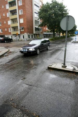 FÅR VÄNTA. De som rör sig på Staketgatan får vänta på asfaltering ytterligare ett år.
