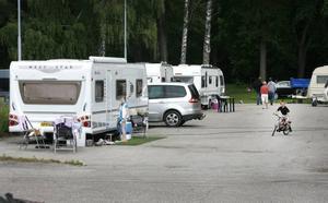 De som campar är hantverkare som kombinerar arbete och upplevelsen av ett annat land för hela familjen.