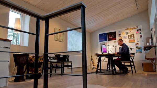 Avskärmat. I arbetsrummet är en skrivbordslampa A och O. Den ska helst kunna riktas åt olika håll. Torbjörn Eliasson har dessutom placerat sitt skrivbord så att inte solen speglar sig i datorskärmen.