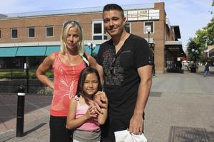 Petra Bylund och Stefan Jonsson, med Stefans dotter Ronja, 6 år.