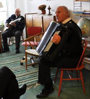 I ett rum på vandrarhemmet sitter Ragnar Moberg och Svante Ingelsson och tar ut låtar.