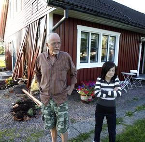 """Nära krossas. Johnny Karlsson var hemma med barnbarnet Moa Andersson när olyckan inträffade. De satt på de vita stolarna utanför huset – bara någon meter från där trailern och grävmaskinen slog i husväggen. """"Jag minns bara att vi sprang"""", säger Moa."""